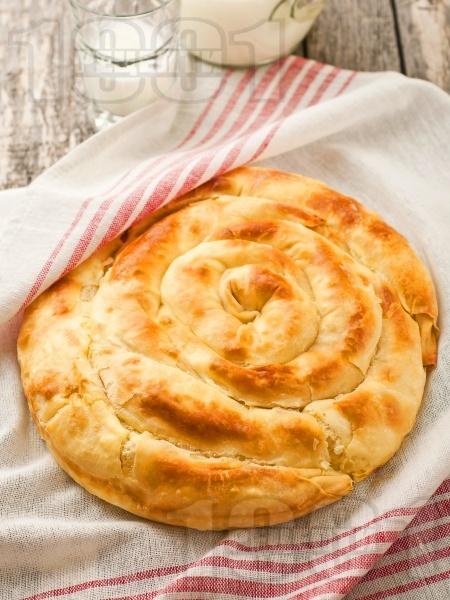 Обикновена баница с яйца, сирене и мая - класическа рецепта без кисело мляко с домашно ръчно точени кори - снимка на рецептата